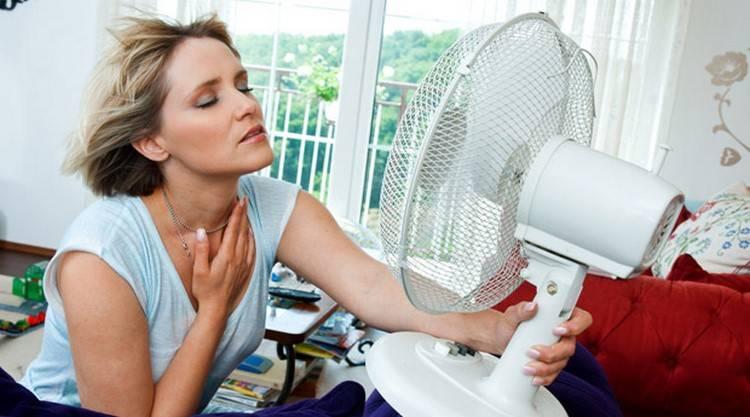 Женщина у вентилятора