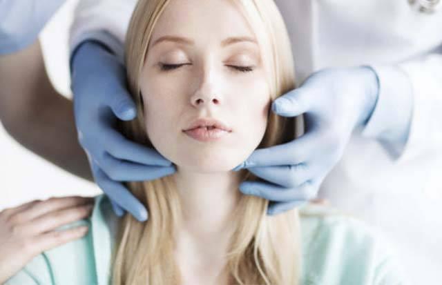 Пальпация врачом лимфатических узлов на шее