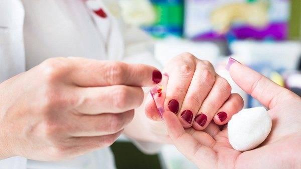 Берет анализ крови у женщины