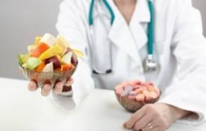 врач дает фрукты